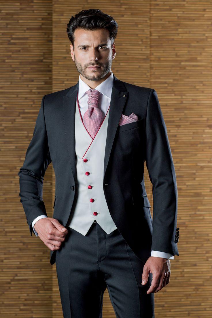 Traje de novio de la firma ETIEM, con chaleco cruzado gris perla,  bisel de escote y botonadura en rojo, corbatón texturado con los dos tonos, gris y rojo. Sastrería Campfaso.