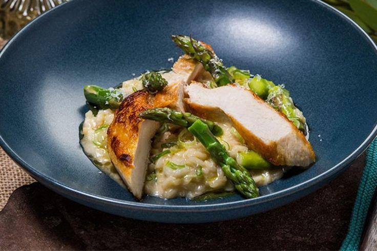 Hvitløkstekt kyllingbryst på risotto med asparges