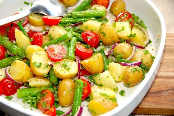 En virkelig lækker kartoffelsalat med asparges, tomat og sennepsdressing, der er det perfekte tilbehør. Eller nyd kartoffelsalaten som den er. Foto: Madensverden.dk.
