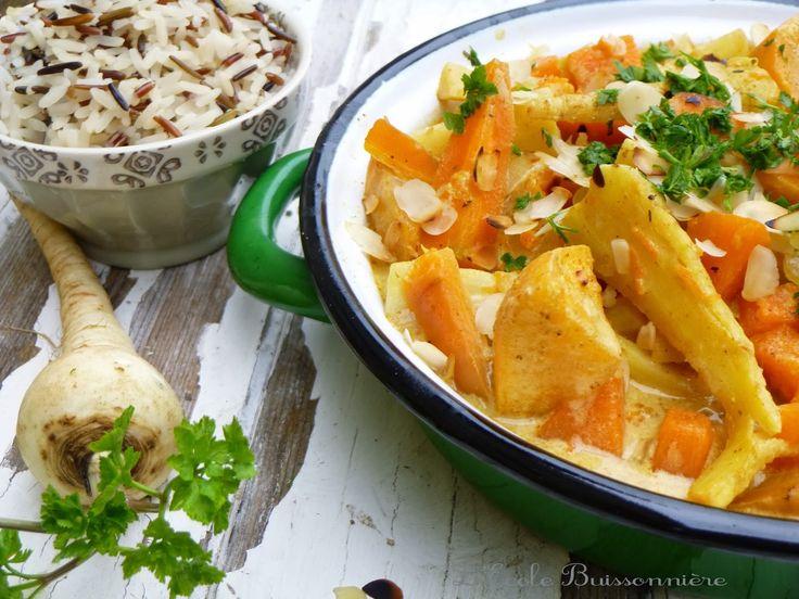 curry de légumes racine 2 navets jaunes, 300 g de panais, 500 g de petites carottes, 300g de persil tubéreux, 400 g de potimarron ou autre bonne courge, 1 grosse c. à soupe de pâte de curry, 1 oignon, 30 cl de bouillon de légumes bio, 30 cl de lait de coco, 1 petite poignée d'amandes effilées ou de noix de cajou. 1 filet de jus de citron, sel, huile d'olive, coriandre.