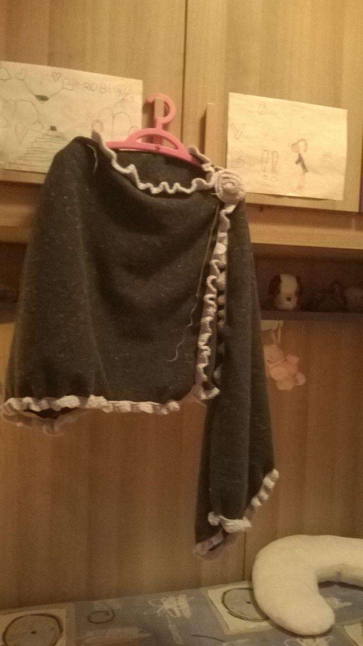 stola in lana cotta grigio scuro con bordo in lana    grigia chiara ad uncinetto e spilla a forma di rosellina in lana grigia ad uncinetto