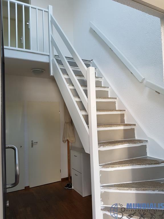 In Nijmegen hebben we dezetrap renovatieuitgevoerd. Voor deze klant hebben we de trap een nieuw jasje gegeven. De treden worden na ons bekleed. De trap is geschuurd en daarna behandeld met een primer. Daarna is de trap gekit en gerepareerd. De trap is daarna voor gelakt met een sigma nova...