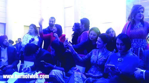 Born of web | Ashmit Patel & Aditi Gowitrikar mobbed for selfies - Born of web