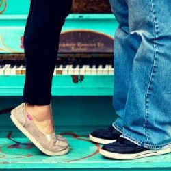 Fun photos at the Denver Pavilions and the 16th Street Mall! Cute couple standing on the iconic art pianos in Denver.