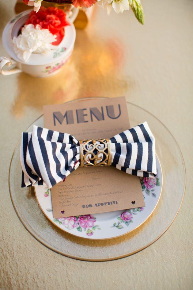 Inspiração de mesa para casamento, com o guardanapo em formato de laço.