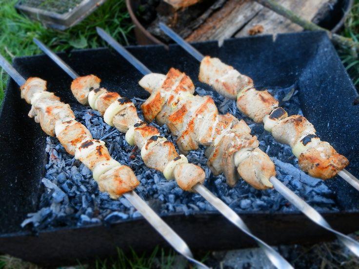 Maak deze zalmspiesjes als je lekker aan het gourmetten of barbecueën bent. Snel klaar, ontzettend lekker én super gezond. Wat wil je nog meer?