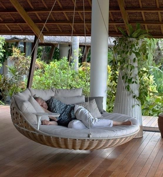 Hanging Beds Adding Summer Decorating Thrill to Backyard Designs - I want one of these!
