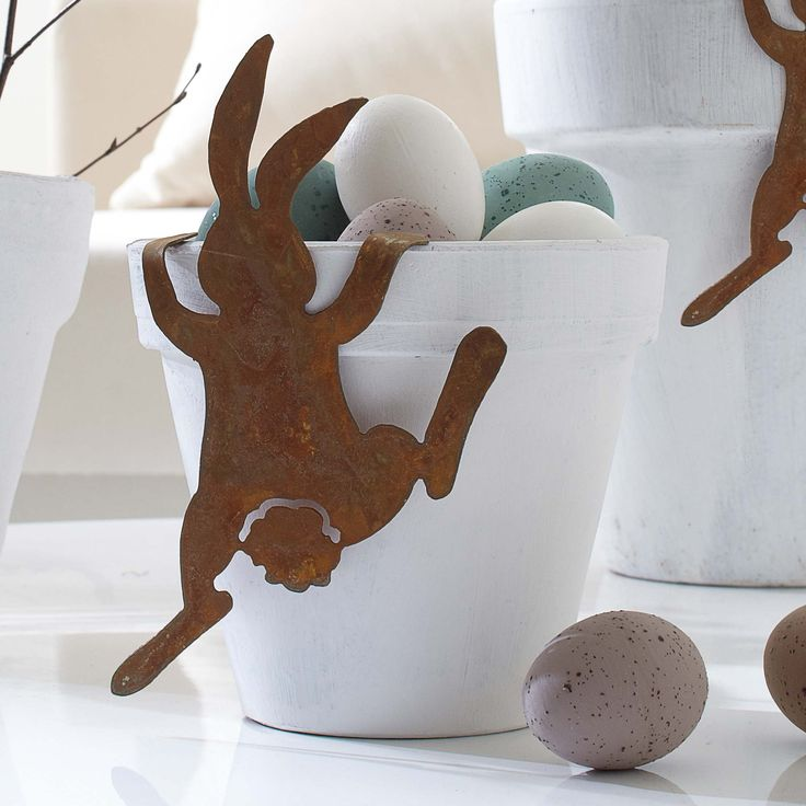 While I'm not much for Easter decorations, this bunny cracks me up. TOO cute!! Image from Impressionen.de