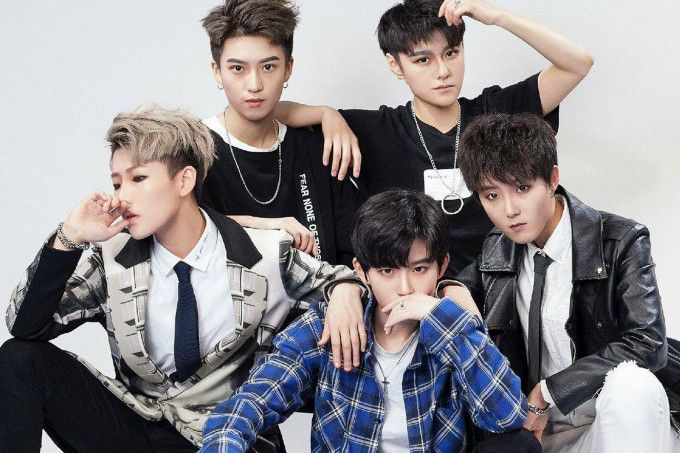 Acrush: la boyband cinese composta da ragazze androgine! WOW | LezPop