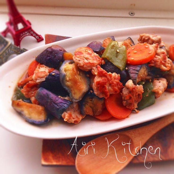 下味を付けた豚小間をコロンと丸めて焼き色を付けた物と、彩り野菜をお酢でさっぱりと中華風にしたものです(o˘◡˘o) お肉も揚げない!野菜もレンチんしてサッと炒め絡めるだけなので簡単にヘルシーに出来ると思います(●'艸`*)  材料3人分程 ・豚肉   200〜250g程 【下味】 ・塩コショウ、お酒、小麦粉     各少々  ・茄子   2本 ・にんじん   1本 ・ピーマン   2個 ★醤油、砂糖、酢、酒   各大さじ1 ★鶏ガラスープの素   小さじ1   作り方 1.フライパンの上で豚肉に下味を揉み込み、一口サイズにギュッと握ります。  2.野菜は食べやすく切ります。 ★を混ぜ合わせておきます。  3.茄子、にんじんをシリコンスチーマーに入れて600Wで3分程チンし、ピーマンを加えて30秒程チンします。 *シリコンスチーマーがない時は、耐熱皿に水を振りかけて入れてふんわりラップをしても⭕️ *茹でても⭕️  4.フライパンにサラダ油大さじ1程を入れて中火にかけ、肉をこんがりと焼きます。 *片面焼いて表面が白っぽく色が変わって火が通って来たらひっくり返して焼...