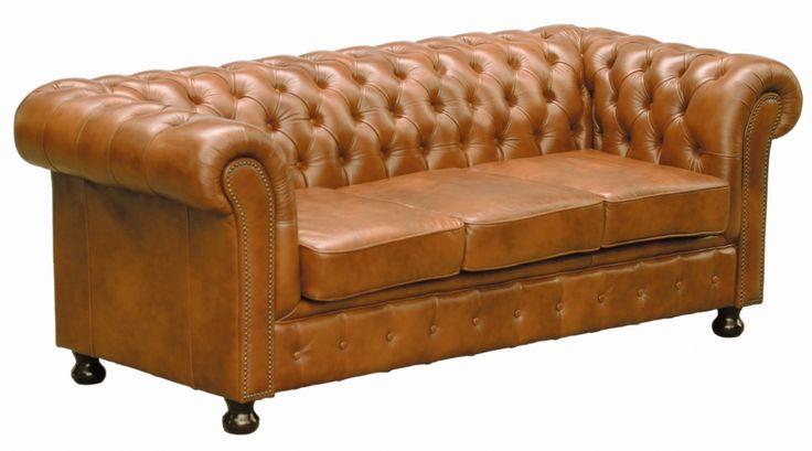 Skórzana sofa typu chesterfield w kolorze karmelu. Ponadczasowy, uniwersalny model zestawu wypoczynkowego. Pikowane obicie oparcia, stylizowane podłokietniki oraz nóżki.