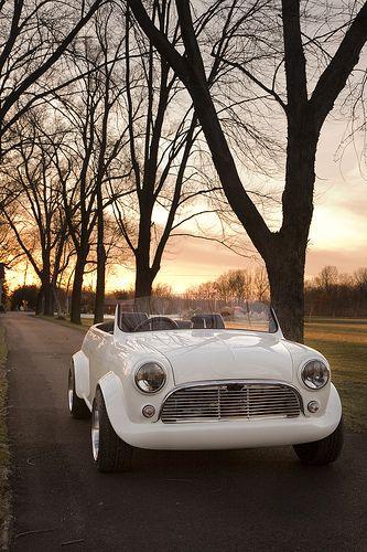 Une #Mini toute blanche au coucher du soleil ! Ca donne envie de partir sur la route en Mini cabriolet