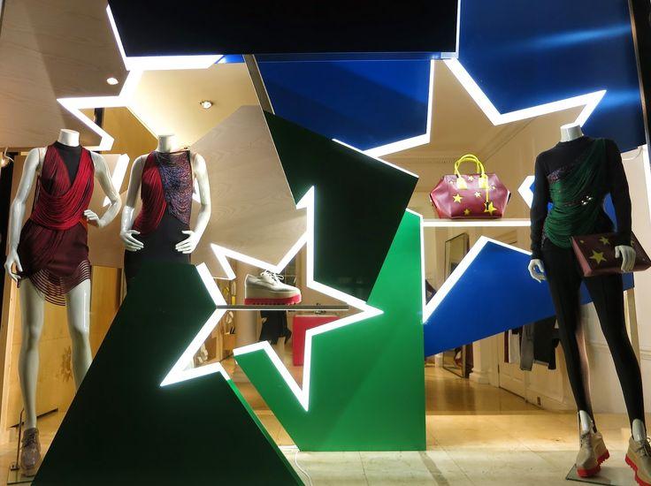 www.retailstorewindows.com: Stella McCartney, London Vitrinas abiertaas - Este tipo de solucion es 100% efectiva, impactante y funcional. Quizas mejoraria con el uso de colores mas brillantes.