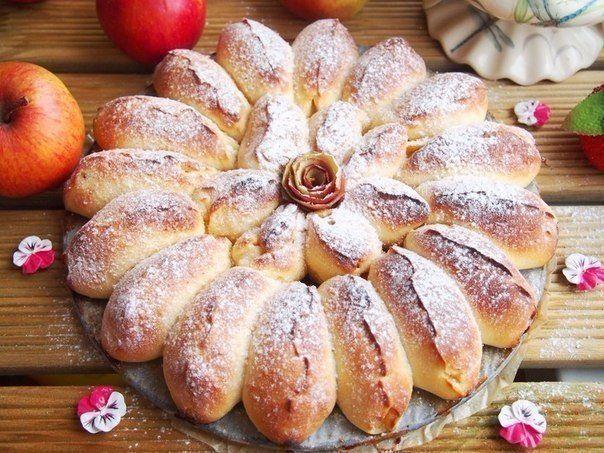 Отрывной яблочный пирог.  Отрывной яблочный пирог получается очень ароматный, красивый, нежный и вкусный. А также обязательно порадует родных и близких!  Ингредиенты:  Тесто: Молоко — 150 мл. Дрожжи быстрорастворимые — 1,5 ч.л. Яйцо — 1 шт. Сметана — 1 ст.л. Сахар — 1,5 ст.л. Соль — 1/2 ч.л. Масло сливочное — 50 гр. Мука — 370 гр.  Начинка: Яблоки — 3 шт. (небольшие) Сахар тростниковый — 40 гр. Корица — ½ ч.л. Растительное масло — для смазки формы  Приготовление:  1. В теплом молоке развести…