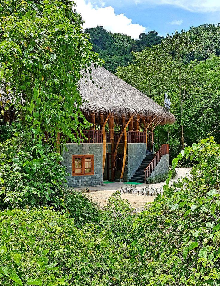Paillote bambou avec toit de chaume qui fait office de logement et resto !