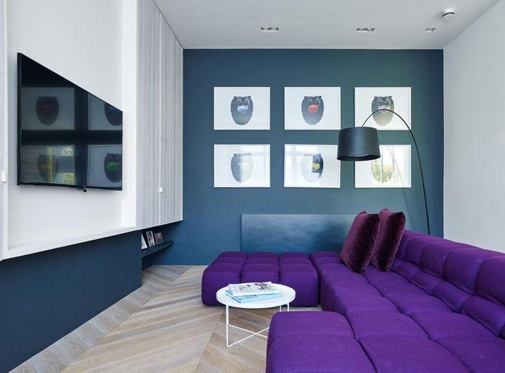 DAVANTI ALLA TV Protagonista il colore. Il blu petrolio delle pareti e il viola intenso del divano componibile Tufty Time di B&B Italia (design Patricia Urquiola), dietro il quale spunta una lampada da terra Twiggy di Foscarini (design Marc Sadler).