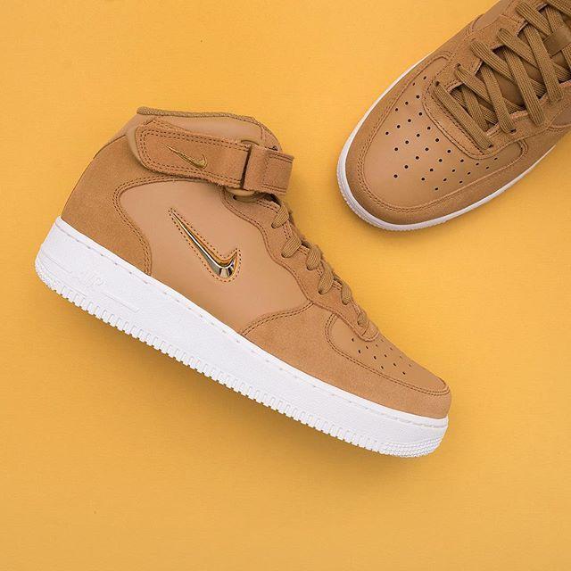 the best attitude 55a1c 6b89b Nike Air Force 1 Mid 07 LV8 - 804609-200 •• En riktigt vacker sko,  jewel-swoosh i guld och brun mocka skinn. Finns på www.footish.se  nike   airforce1jewel   ...