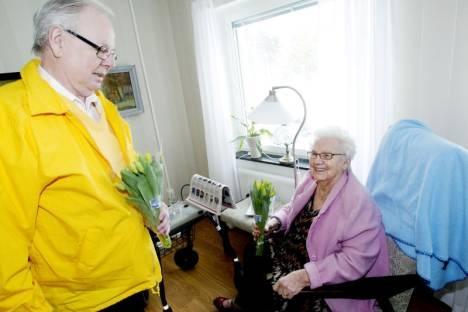 Valbo Lions delar ut tulpaner på Alla Hjärtans Dag.