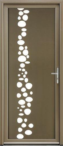 Modèle Effervescence Porte d'entrée aluminium contemporaine grand vitrage Harmonisation des nuances de couleurs entre le verre laqué et le dormant. Au choix dans le nuancier Bel'M, fond vitrage laqué et bulles sablées.