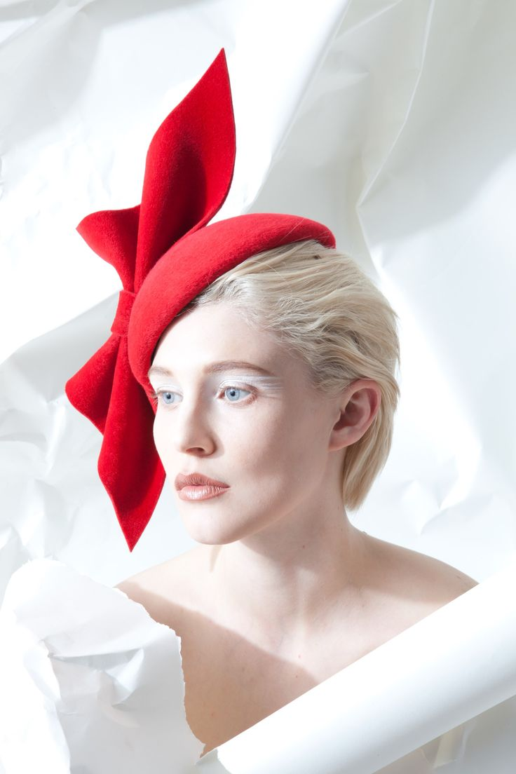 What to wear to horse racing? Red bow fascinator | www.bold-in-gold.com  #boldingoldblog