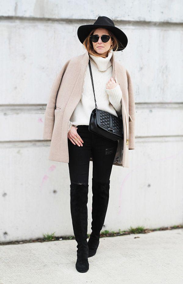 Street style look suéter bege, calça jeans, bota over the knee e chapéu.