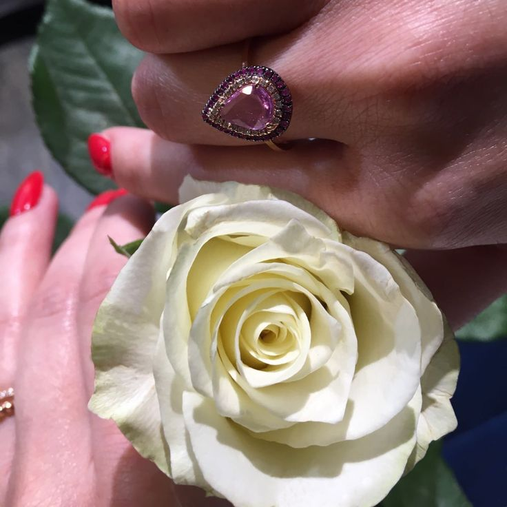 Roses and jewellery will definitely captivate the woman of your life... It's easy to win her eternal love. #KontzamichalisJewellery
