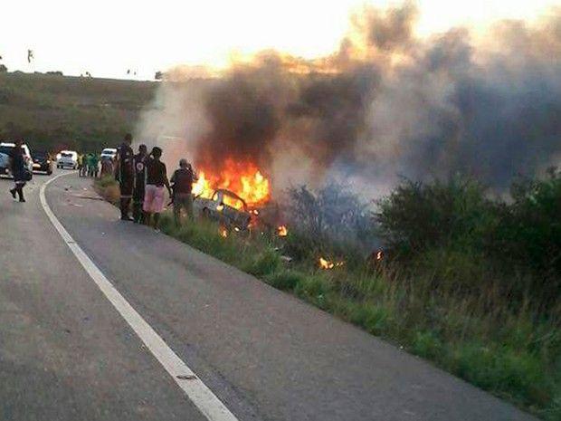 Motoristas morreram no local após colisão, no fim da tarde de domingo (4) (Foto: Fábio Santos/ Voz da Bahia)