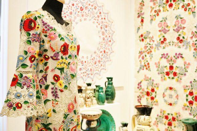 ©2016Finomagazin カロチャ刺繍がほどこされた現代の衣装