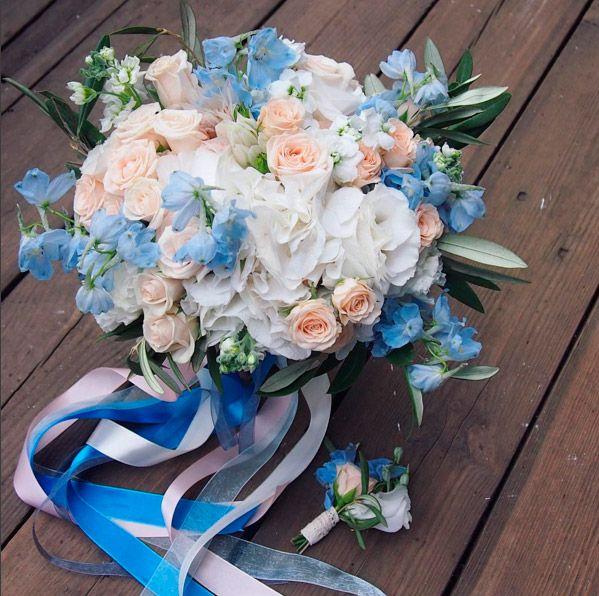 Стильный букет невесты с дельфиниумом, гортезией, кустовыми розами и маттиолой