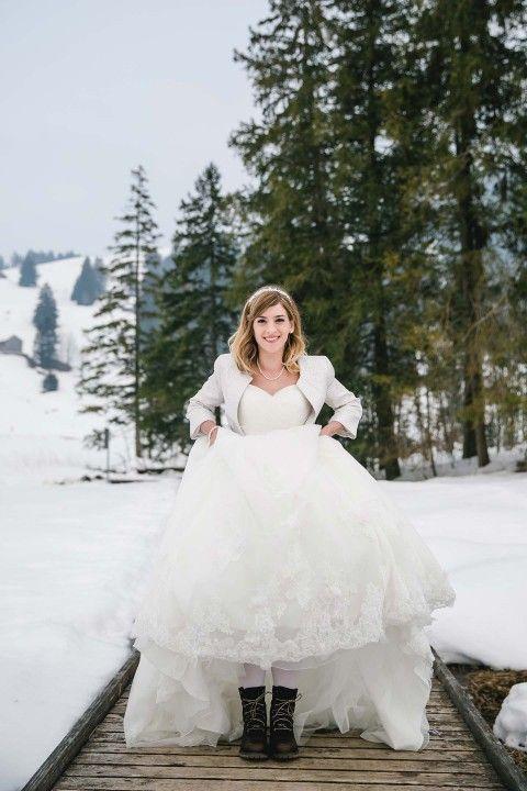 Märchenhafte Open Air #Winterhochzeit ❄️ in der Schweiz: #Hochzeitskleid mit #Winterstiefel und wärmer Weste bzw. #Bolero ❄️