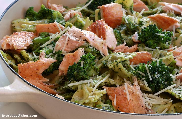 Coming up with creative ideas for healthy meals for can be exhausting! Perk up your dinner routine with this fresh salmon pesto pasta recipe.