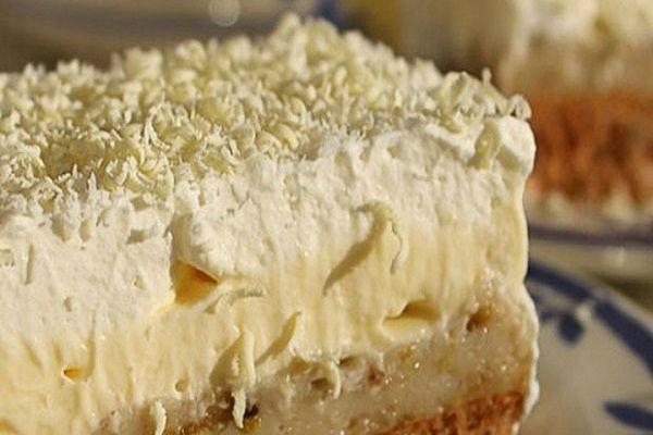 Ovo je jedan od naukusnijih kolača koji ste ikada probali. Krema je jako fina i topi se u ustima. Priprema je jednostavna, a kolač je idealan za sve prilike. Potrebni sastojci za biskvit su: 6 bjelanjaka 8 punihkašika šećera 8 punih kašika brašna 4 pune kašike sjeckanih oraha 1
