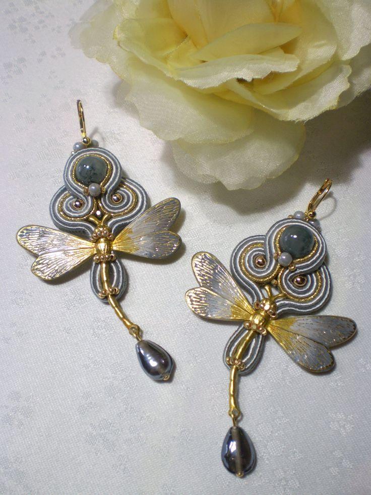 Orecchini soutache con libellule in ottone dipinte a mano