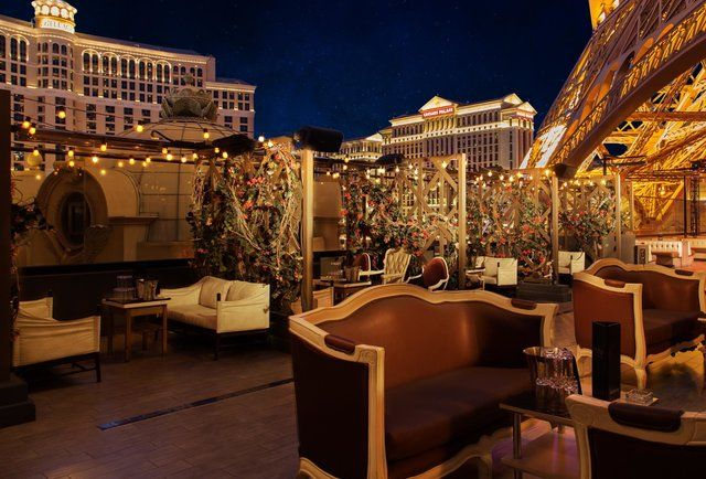The Definitive Guide to Sin City's Best Outdoor Drinking Spots