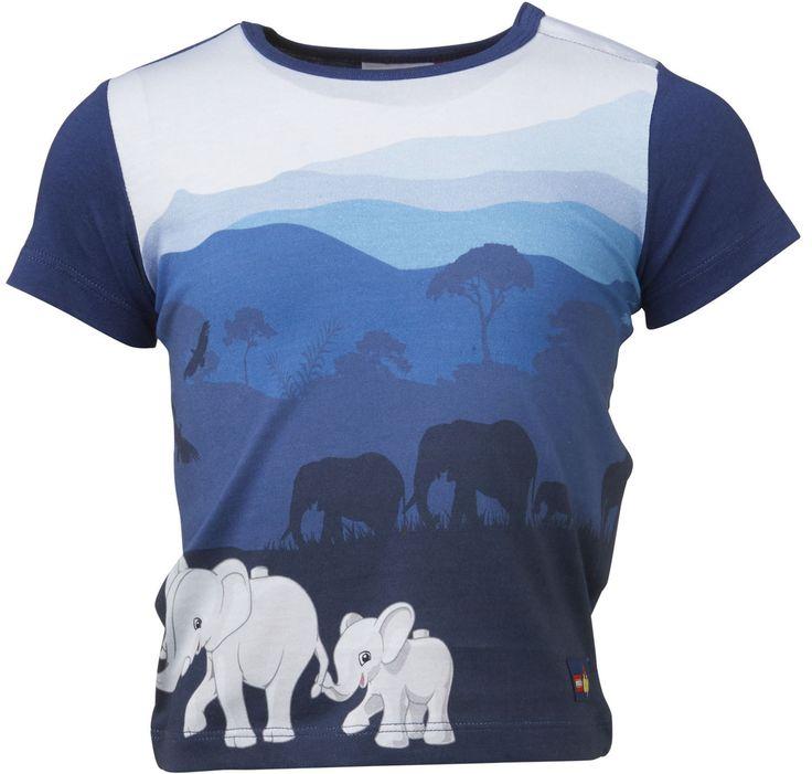 En søt t-skjorte i myk og behagelig bomull fra LEGO Wear. T-skjorten har et fint motiv av ville dyr på framsiden.<br><br>Materiale: 100% bomull.<br><br>Farge: blå.