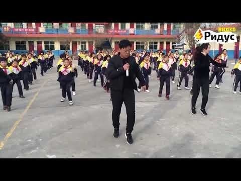Директор школы в Китае танцует вместе с учениками ...