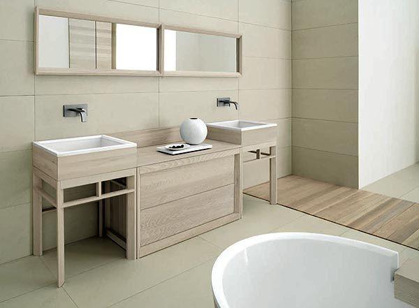 Este es el cuarto de baño. Hay una bañera, un lavabo blanco y un espejo.  Grupo2