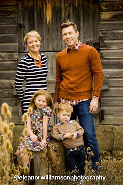 De verbindende kleur op deze foto: oranje/oranjebruin. In de ketting van de moeder, de trui van vader en in het haar van de kids.
