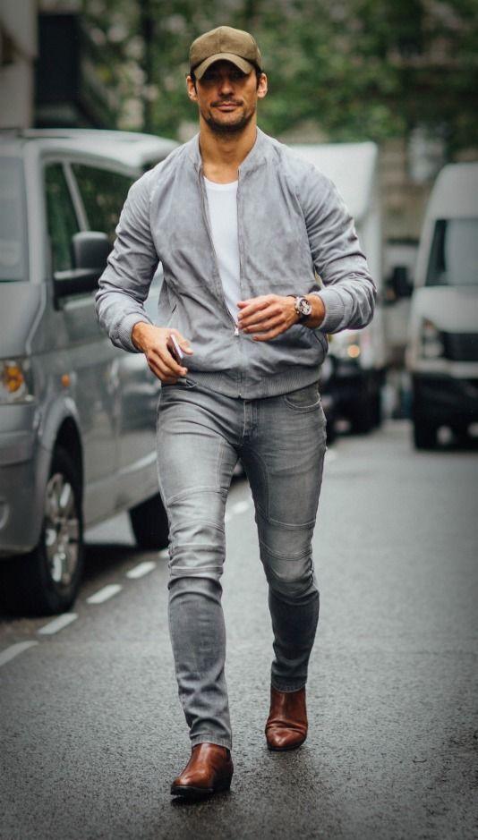 Modnie i z luzem na mieście. Typowa moda miejska coraz częściej wiąże się z luzem i nie trzymaniem się tak bardzo rygorów stylistycznych. Dlatego też bardzo dobrze sprawdzają się w niej wszelkiego rodzaju bluzy, czy to dresowe czy bardziej eleganckie. Oczywiście takie bluzy powinny być przede wszystkim komfortowe oraz pasować do innych elementów odzieży, jak spodni dresowych, jeansów czy też szortów. #facet #moda #styl #odzież ##szara ##bluza