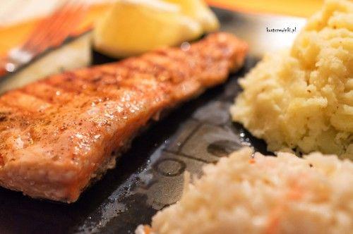 Propozycja lekkiego i zdrowego obiadu. Grillowany łosoś z patelni z dodatkiem cytryny, podany z puree ziemniaczanym i ulubioną surówką. Szybki obiad dla zapracowanych. Polecam.