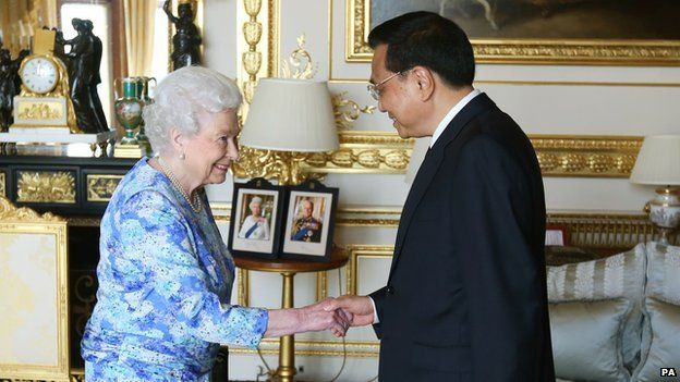 The Queen and Li Keqiang. Chinese Premier Li Keqiang meets the Queen on UK visit. Chinese Premier Li Keqiang has been received by Queen Elizabeth II on the first full day of his official visit to the UK. Mr Li has also been holding talks with David Cameron in Downing Street. #QueenElizabeth #UK #England #GreatBritain #China #DavidCameron #10DowningStreet