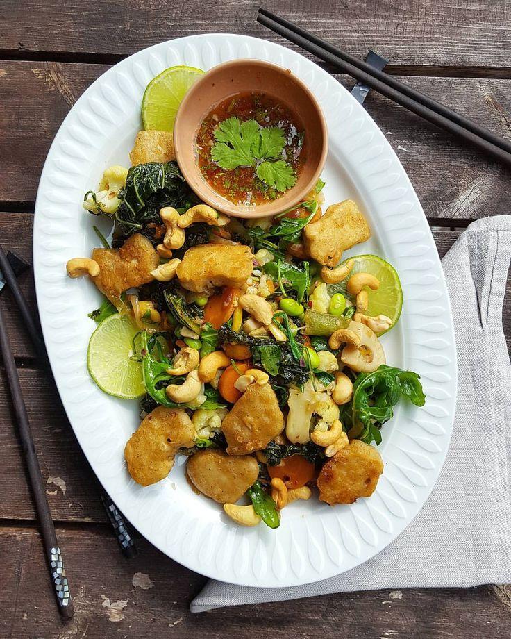Grönkål/wok med koriandersås, cashewnötter och soja nuggets . . Wok är kryddad med peppar, ingefära, lime och chili och vi lyxade med sojanuggets. Recept.