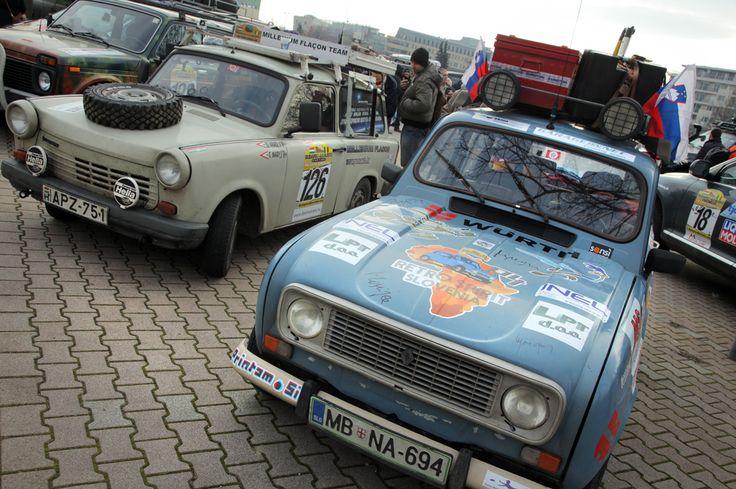Nehéz eldönteni, hogy melyik jut ki egyáltalán a városból... a Lada Niva, a Millenium Flakonnak becézett Trabant, vagy az ősöreg Renault?