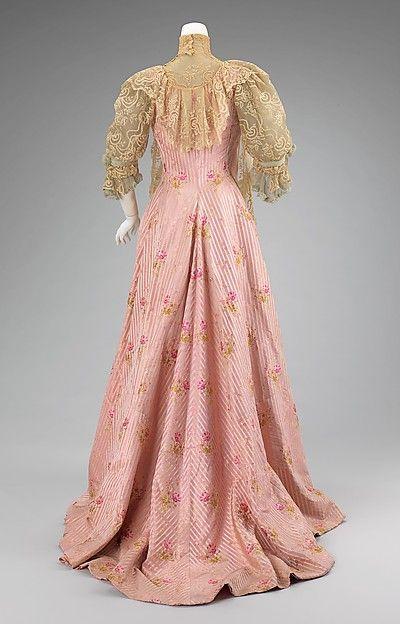 1900–1901 Tea gown