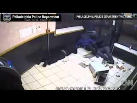 Captan en video a ladrón que ataca a tiros a jóvenes en un restaurante    (CNN) -  Las cámaras de seguridad de un pequeño centro comercial captaron lo que casi termina en tragedia.    Fue en Filadelfia, donde un hombre sacó un arma e intentó ingresar a un restaurante de comida china. Entonces, unos jóvenes que se encontraban dentro del negocio se vi...