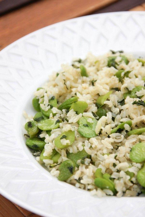 Riz complet aux fèves à l'ail •basilic frais •120 à 140 g de riz complet ou demi-complet thaï ou basmati •400 g de fèves fraîches décortiquées •1 gousse d'ail •1 bouquet de basilic frais •2 cas d'huile d'olive •sel gris aux herbes