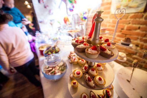 Alegeţi un candy bar făcut special pentru petrecerea lor. Puteţi opta pentru un aranjament în ton cu tema petrecerii, unul clasic, colorat, sau unul pe bază de fructe şi gustări sănătoase. Candy bar personalizat in Alba Iulia, Cugir, Blaj, Aiud.