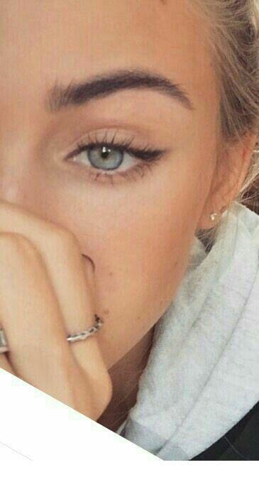 Blaue Augen und natürliches Aussehen Inspirierende Damen – Lisa Frey