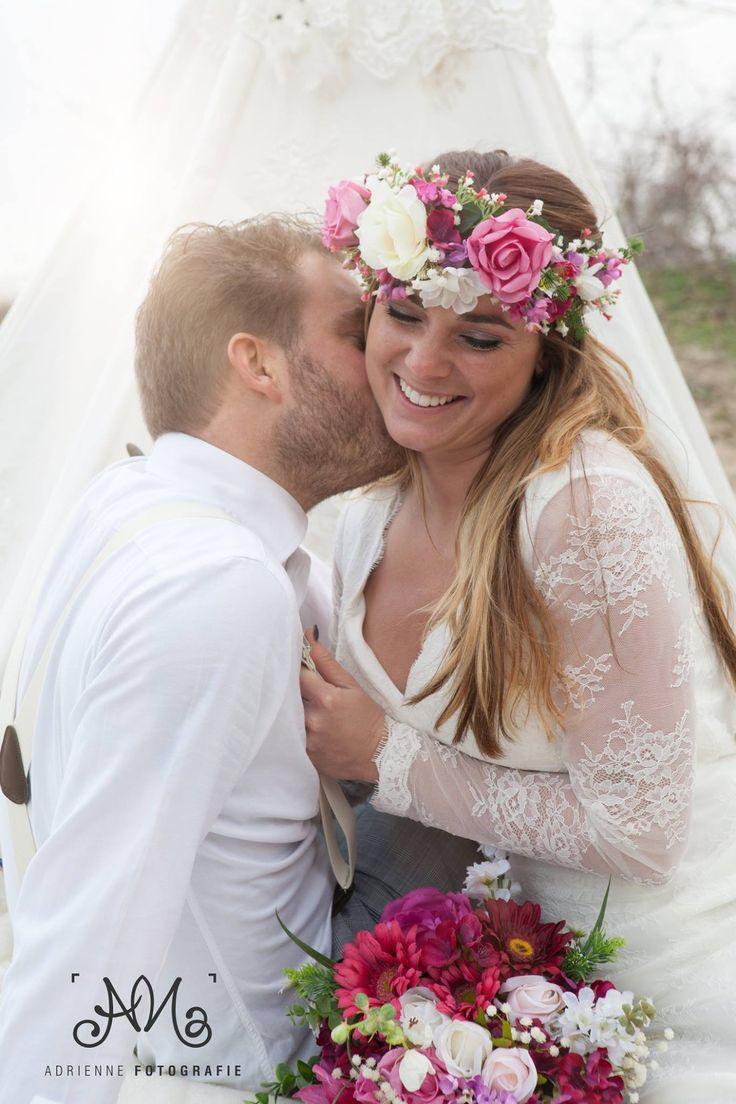 Bohemian Summer bruidegom & bruid Tim en Stephanie Akkerman geven lieve kus voor de tipi