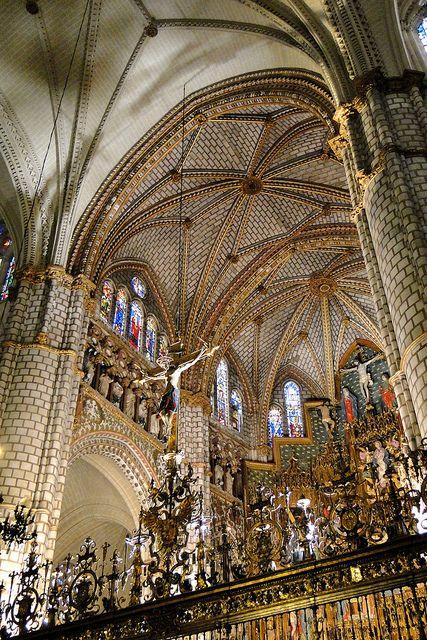 catedral de Santa María de Toledo, (España), es un edificio de arquitectura gótica,Su construcción comenzó en 1226 bajo el reinado de Fernando III el Santo y las últimas aportaciones góticas se dieron en el siglo XV cuando en 1493 se cerraron las bóvedas de los pies de la nave central, en tiempos de los Reyes Católicos. Está construida con piedra blanca de Olihuelas.